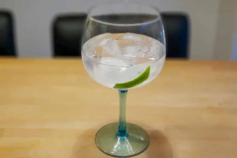 Gin og Tonic med Bombay Sapphire London Dry Gin og Schweppes Indian Tonic