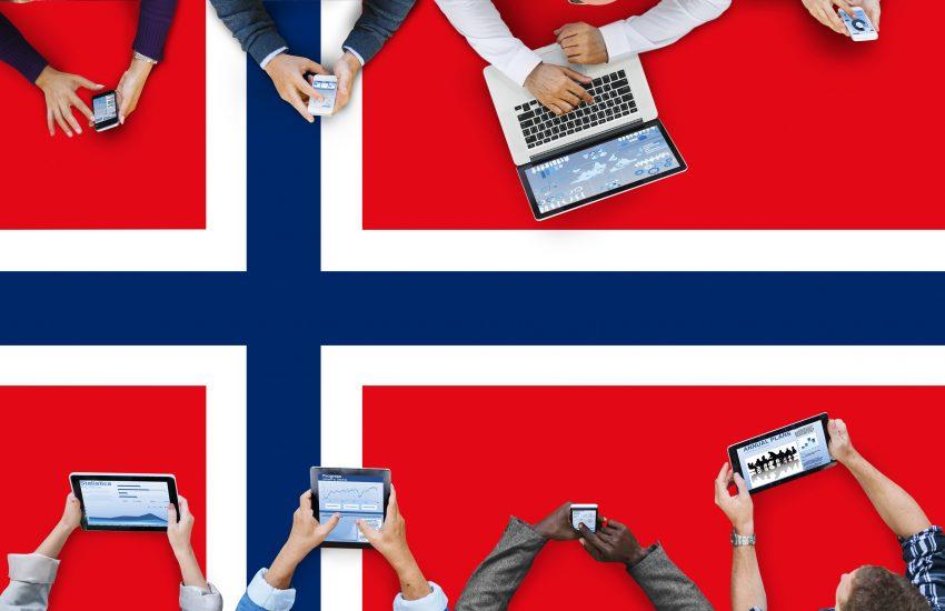 17. mai gin-cocktail mennesker som feirer på hver sitt sosiale medium på et norskt flagg