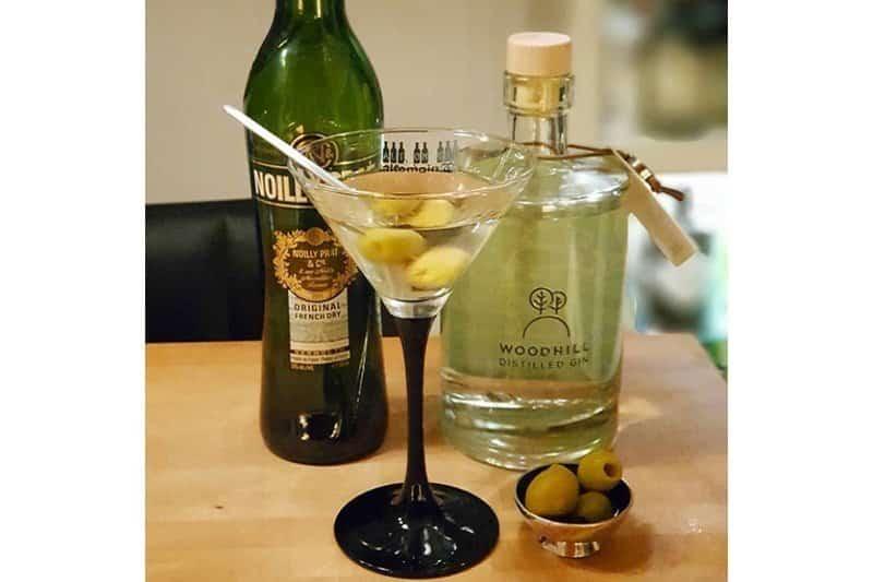 En Dirty Dry Martini med oliven, olivenkraft, Woodhill Gin og Noilly Prat.