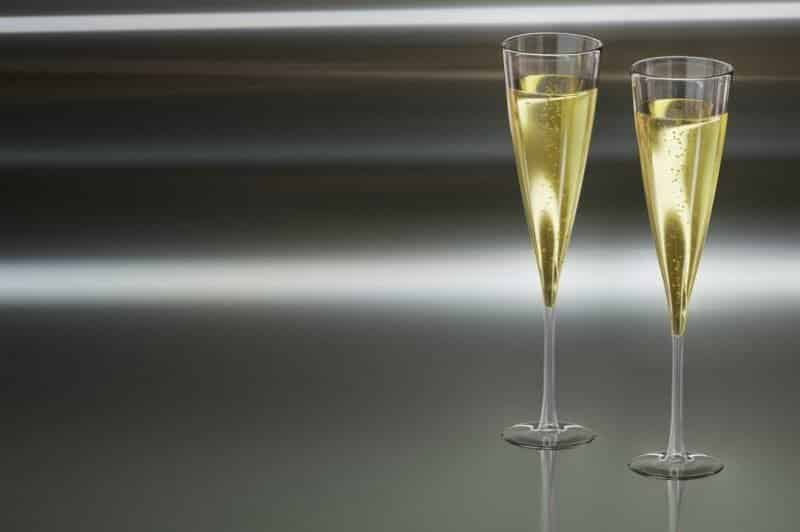 2 champagneglass med velkomstdrinken French 75 med lime