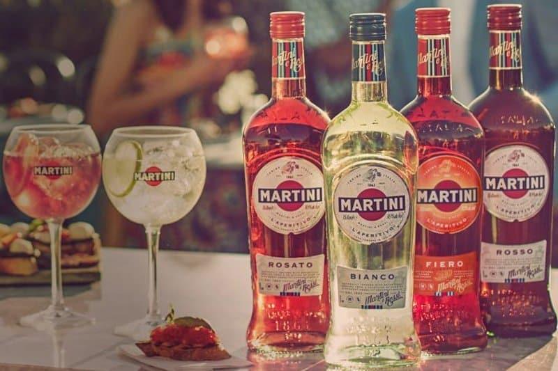 Bilde av 4 forskjellige vermut flasker av merket Martini.