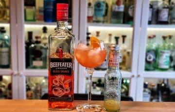 Tripple Orange, en drink med Beefeater Blood Orange gin, Galvanina Bitter Orange og appelsinbåt