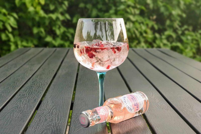 Alkoholfritt alternativ til fest - Fentimans Rose Lemonade, einer og granateplefrø