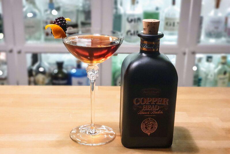 Martina med Copperhead Black Batch Gin